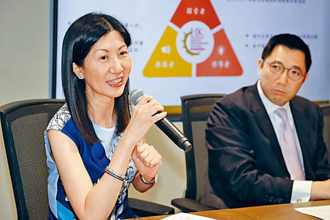 港交所上市主管陳翊庭(左)。