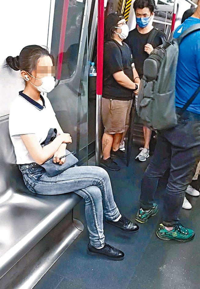 女子乘港鐵列車全程緊握剪刀。