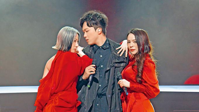 紅隊隊長何晉樂與導師泳兒、JW合唱,但表演失色,被導師們比下去。