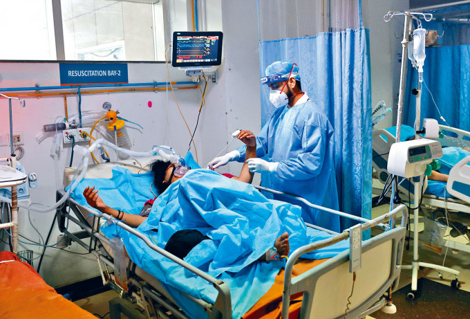 新德里醫院急症室的新冠病人。