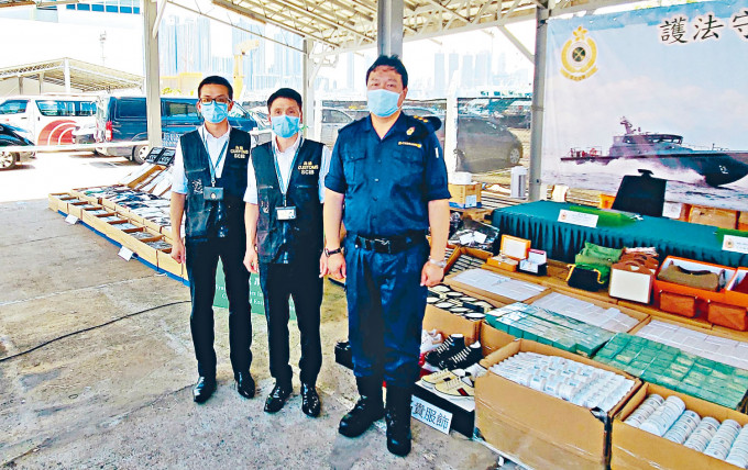 海關高級監督胡偉軍(中)展示檢獲今年最大宗海上走私物品。