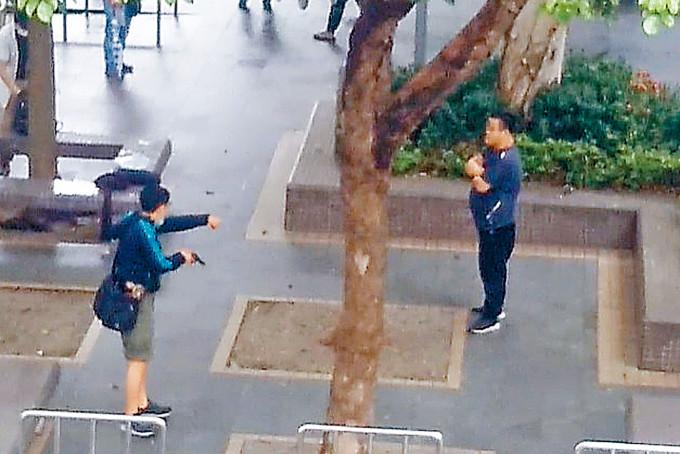 便衣警員遇襲後,擎槍喝令疑人(右)就範。