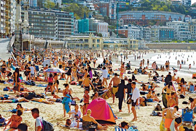 西班牙孔查海灘三月底擠滿享受陽光的泳客。