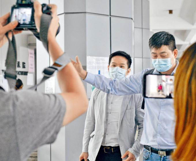 洪志傑(左)質疑當時選舉結束後其選舉代理被趕出票站。