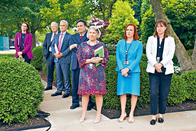 白宮發言人帕薩基(右二)與其他白宮人員,周四沒有戴口罩在玫瑰園出席活動。