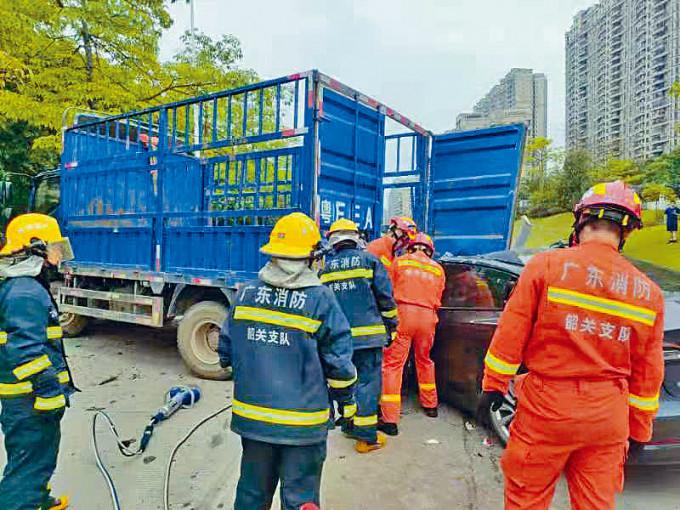 Tesla追撞貨車,消防人員到場。
