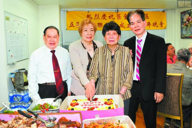 會長司徒黃彩逢(左3)與常務副會長郭李添(左1)、副會長吳海倫(左2)及副會長張錦英等喜切慶祝蛋糕。姜家譽攝