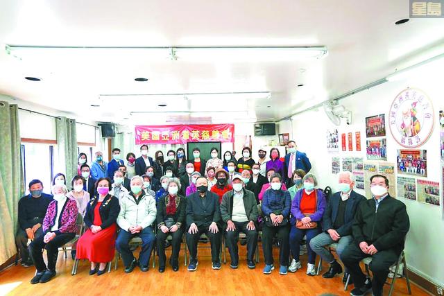 兩主辦單位首長高橋美子、葉坤玲、李文華、何華斌等及同仁,與到會嘉賓及75歲以上耆英長者合照。馬紅兵攝