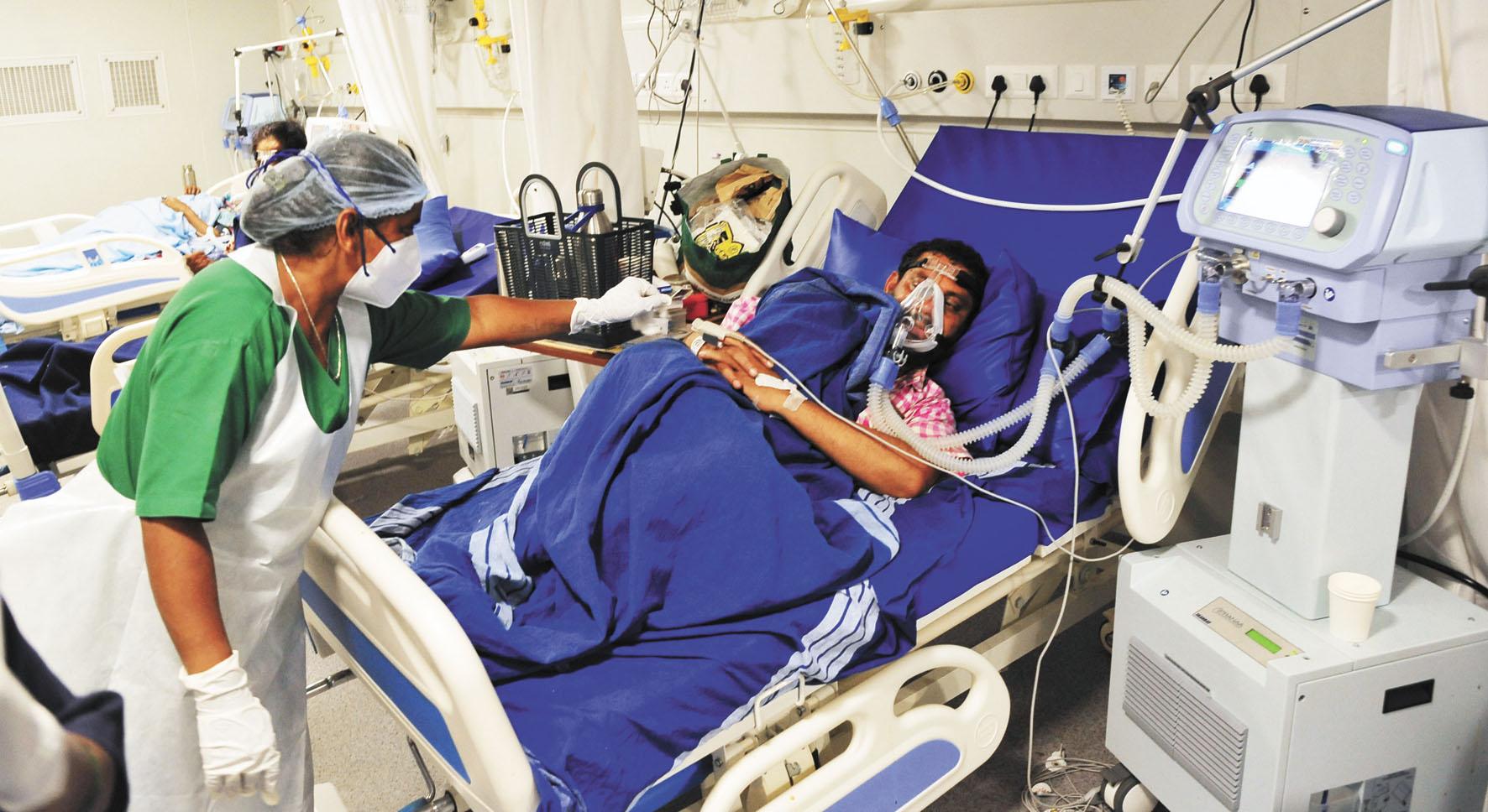瑞銀認為,印度新冠病毒確診病例的急劇增加,不會阻止該國市場在2021年創下首次公開募股(IPO)的紀錄。圖為新冠患者在印度班加羅爾的一家醫院接受治療。新華社資料圖片