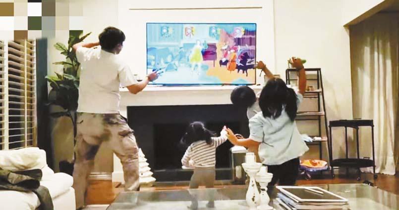 何潔老公帶著孩子玩遊戲。
