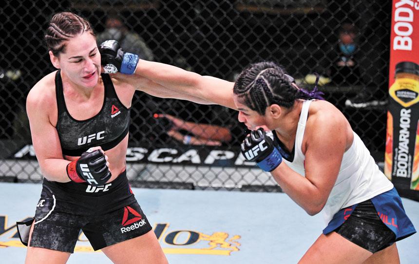 潔西嘉(左)在此前的UFC比賽中與對手在一起搏殺。資料圖片