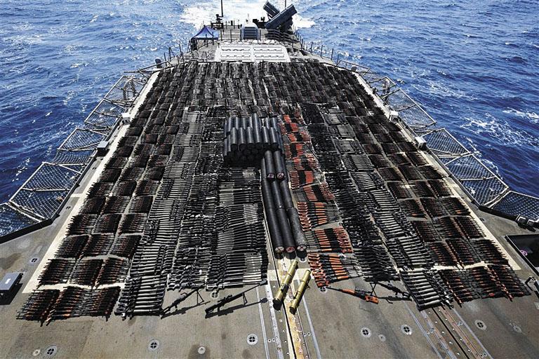 美軍將大批軍火排列在巡洋艦的甲板上。網上圖片