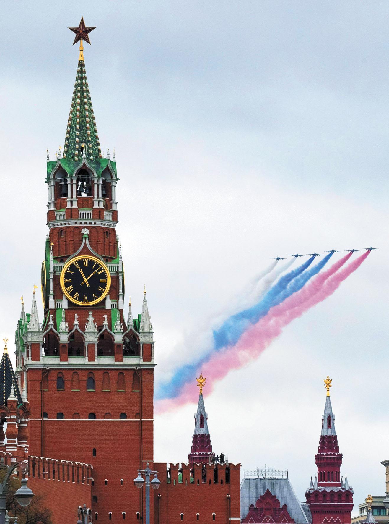 戰機飛過紅場上空,留下彩色煙霧。美聯社