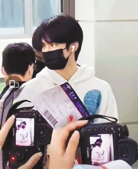 劉耀文在機場被圍 堵。 網上圖片