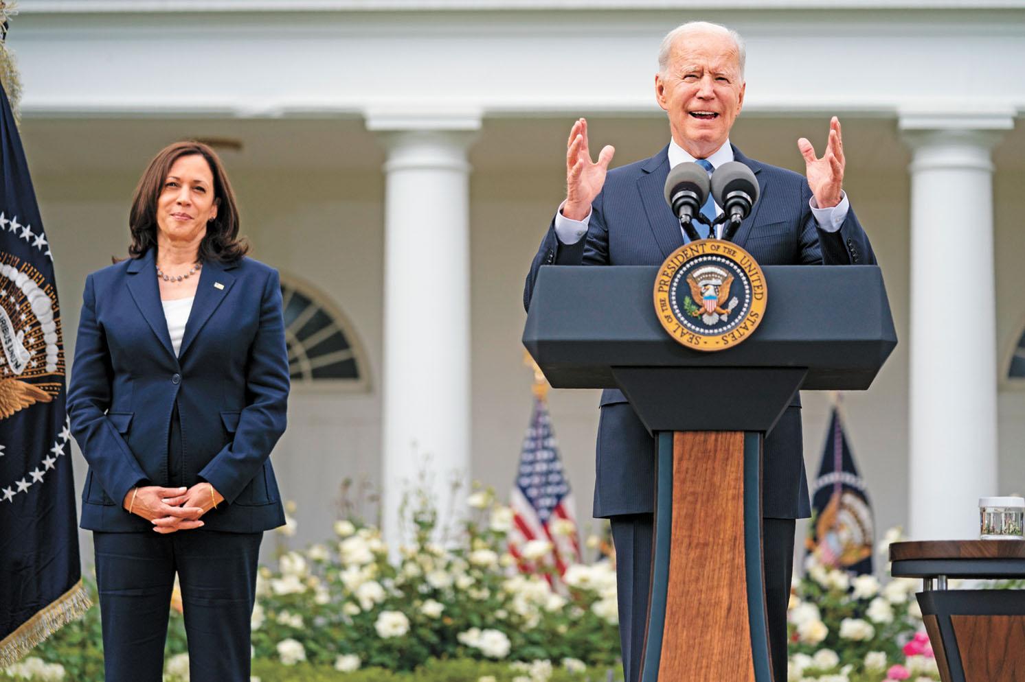 拜登13日在白宮舉行新聞發布會,稱新指南是重要里程碑,是對美國有重大意義的一天。美聯社