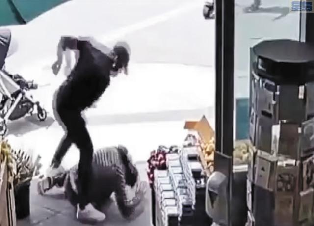 4月30日,一名年輕亞裔爸爸推著1歲兒子的嬰兒車,在米慎灣一間社區雜貨超市外無端遭人毆打,跌倒地上,兇徒仍不停揮拳毆打他的頭。警方隨後拘捕疑兇哈蒙德。CBS電視畫面