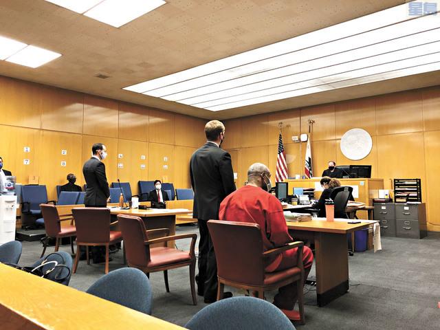 被告湯普森身穿紅色囚衣出庭聆訊,表示不認罪。記者彭詩喬攝