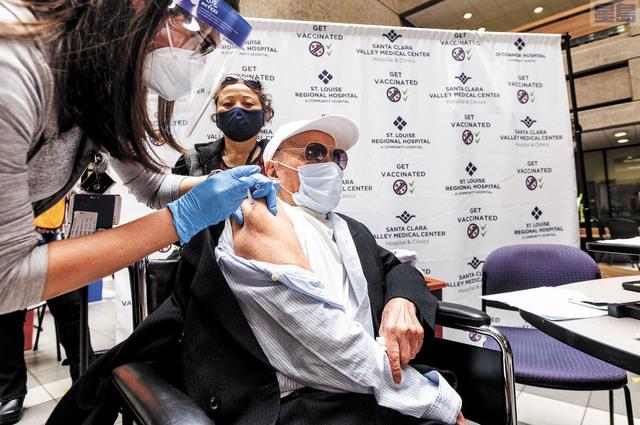 106歲的Ton Tran周四(6日)在聖他克拉谷醫療中心所營辦運作的接種站接種第二針新冠疫苗。美聯社