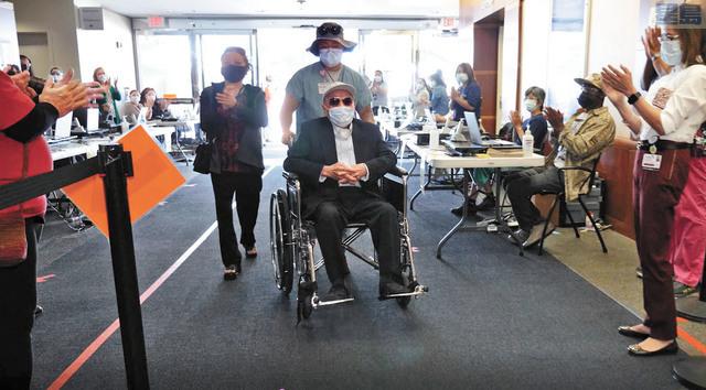 106歲老先生Ton Tran來到疫苗接種診所,眾人鼓掌歡迎。聖他克拉谷醫療中心