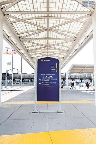 屋崙國際機場航站樓於停車場連結處的指示牌。屋崙國際機場