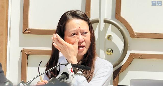 李妙蘭講述遭搜查經歷時潸然淚下。記者張曼琳攝