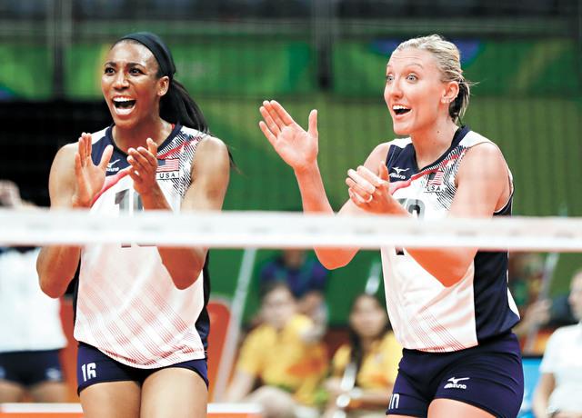 33歲的阿金拉德沃(左)產後首次回歸國家隊,圖為她在里約奧運會時慶祝得分。資料圖片
