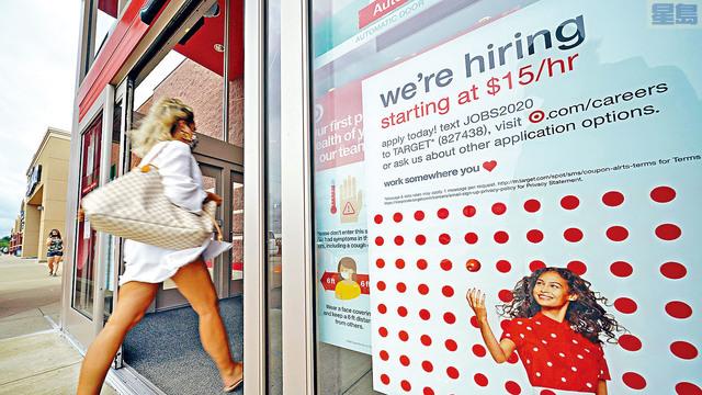 ■輿論批評,現在民眾領取失業金的收入多於工作收入。總統拜登就此回應並發出警告,稱任何領取失業金的人,若獲提供適合的工作必須接受,否則將失去他們的失業福利。圖為超市的招聘廣告。 美聯社