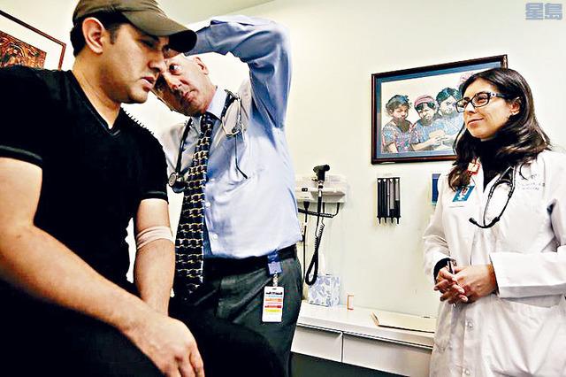 總統拜登廢除前任特朗普簽署的多項行政命令,其中影響較廣泛的措施,是移民申請來美時,需證明自己購有醫療保險。    資料圖片