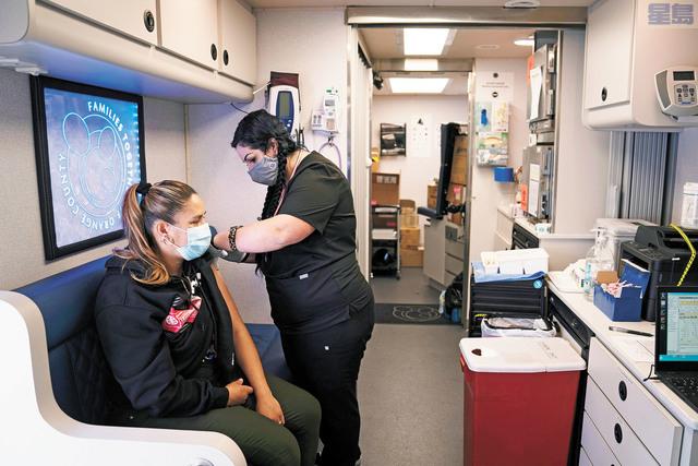 輝瑞和莫德納疫苗的施打,已經扭轉了防疫的潮流。美聯社