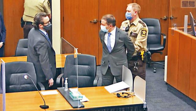 非裔男佛洛伊德被警員跪頸死亡案,被裁定謀殺罪成的主犯喬文(中)的代表律師尼爾森(左)入稟法院,以檢察官和陪審團行為失當,以及案件情節在審訊前及審訊過程中曝光損害喬文獲得公平審訊的權利,要求重審案件。   美聯社