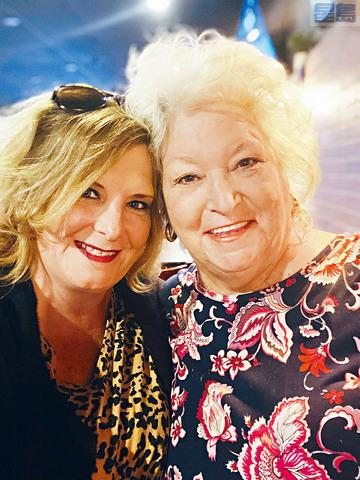 住在洛杉磯的科迪安尼接種疫苗後,日前已經飛到新澤西州為同樣已打針的74歲母親送上驚喜,她說,分隔多時,使她忘記母親的氣味和樣子。    美聯社