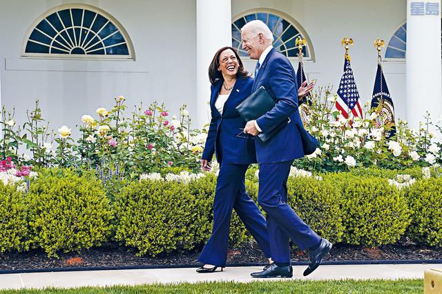 ■在CDC宣布新指引後,副總統賀錦麗和總統拜登在白宮的玫瑰花園裡,已沒有戴上口罩。    美聯社