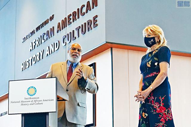 第一夫人吉爾(右)14日參觀華盛頓非洲裔美國人歷史博物館時,仍戴著口罩。    美聯社