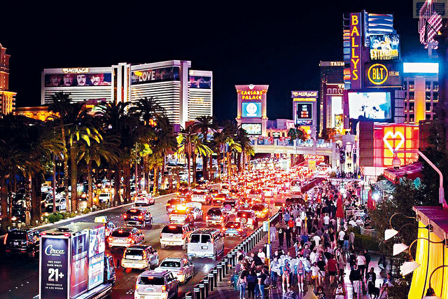 ■根據AAA數據,無論是選擇自駕遊或搭乘飛機的旅客,最熱門目的地是拉斯維加斯和佛州奧蘭多。圖為拉斯維加斯重新開放後的絢爛夜色。    拉斯維加斯評論雜誌圖片