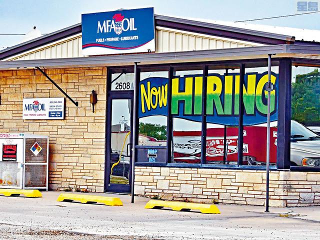 ■最少16個共和黨領導的州,停止接收聯邦失業救濟金,希望迫使工人重返職場。圖為密蘇里州一間油公司打出招牌廣告。     ZUMA圖片