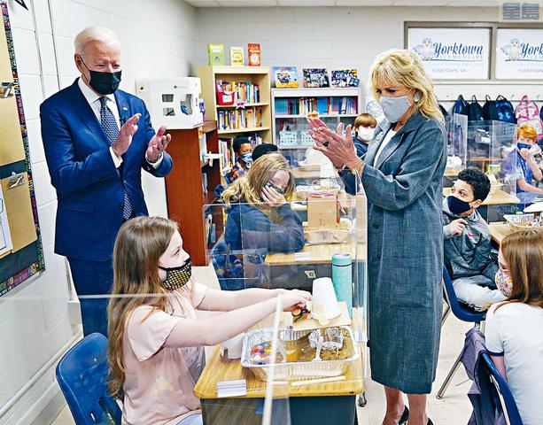 總統拜登到訪維珍尼亞州約克鎮一家小學,他們會見一班5年級學生,被學生告知不喜歡遙距網課。    美聯社