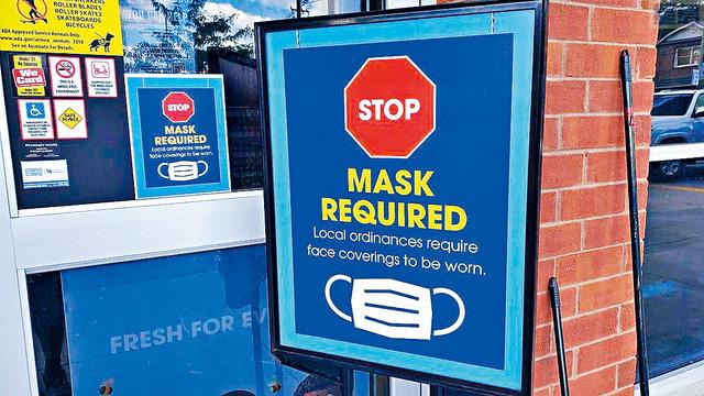 美國最大的超市連鎖企業克羅格,仍要求顧客需要戴口罩。圖為肯塔基州萊辛頓市的一所克羅格超市,門外張貼的標語繼續提醒客戶。    MARCUS DORSEY圖片