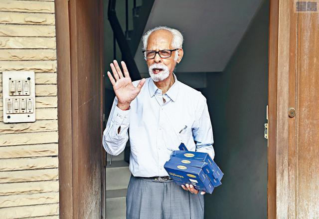 ■副總統賀錦麗在印度的80歲舅舅巴拉尚德蘭,未能按照傳統慶祝生日,只能隔著電話接受家人祝賀。美聯社