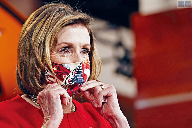 眾院議長普洛西表示,要求眾議院議員仍需戴口罩,理由是她不知道誰曾接種疫苗。    美聯社