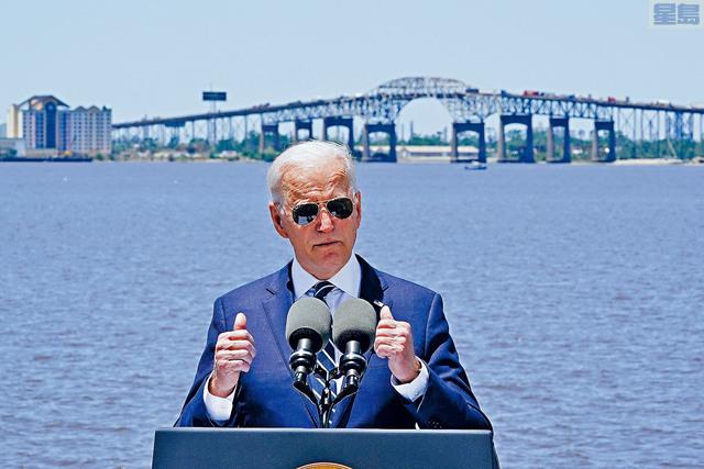 ■總統拜登在出訪路易斯安那州時表示,不再硬性要求公司稅率提升至28%。圖為白宮刻意選擇在路州的卡爾克蘇大橋作為拜登演講的地點,藉此強調更新基建的重要。 美聯社