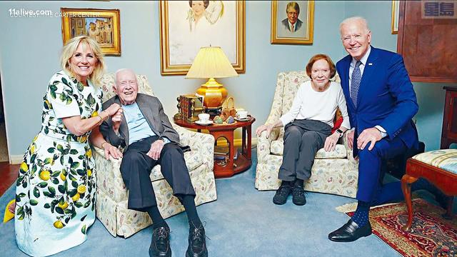 卡特中心發布了總統拜登夫婦上周拜訪前總統卡特夫婦的照片。拜登夫婦雖半跪下來拍照,但看上去就像是聳立的巨人。    卡特中心圖片