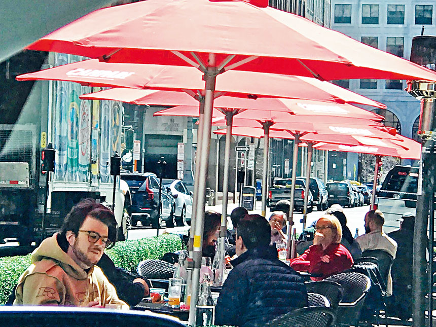 位於波士頓唐人街的一家餐館的室外餐食顧客明顯增多。溫友平攝