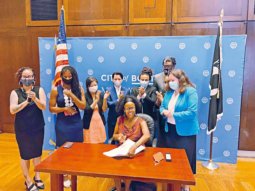 2021年6月7日,波士頓市長珍妮在來自波士頓社區代表的見證下簽署《波士頓憲章修正案》。陳玉珍供圖