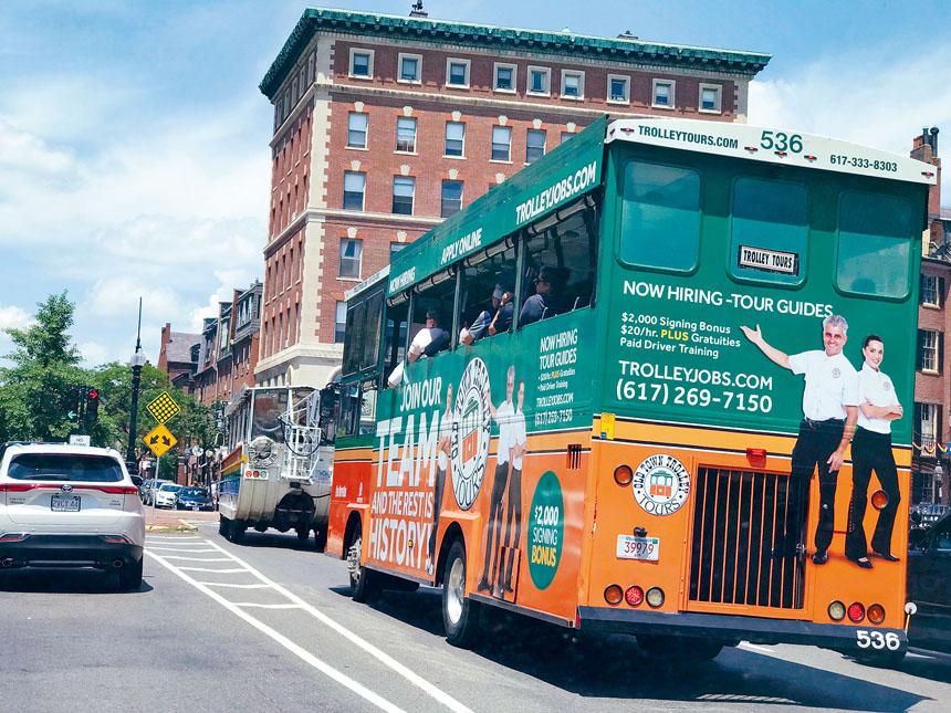 2021年6月19日,載滿了遊客的市區觀光游覽車穿梭於波士頓市中心街區。溫友平攝影