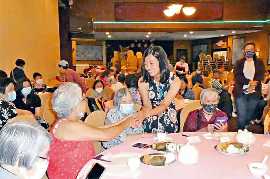 波士頓市議員、市長候選人吳弭在父親節活動現場向鄉親們祝福。 台山鄉親聯誼會供圖
