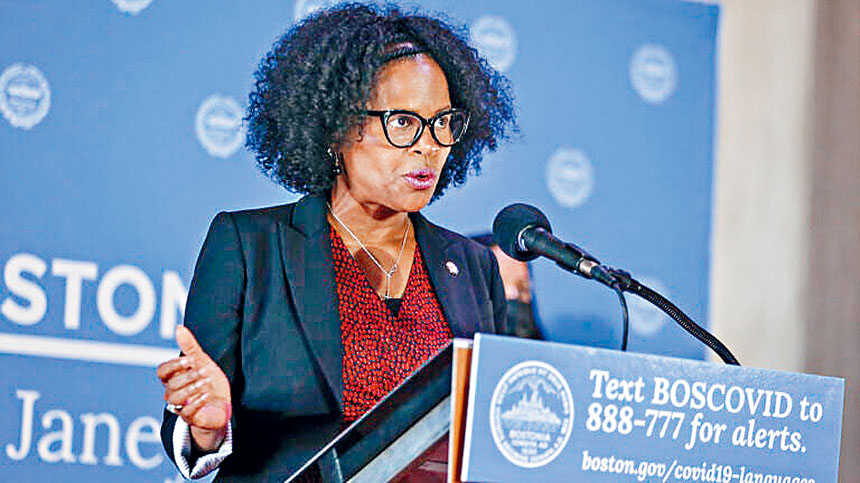 波士頓市長金•珍妮16日在市政廳发表講話,宣布波士頓學校委員會的下一步行動。波士頓環球報圖