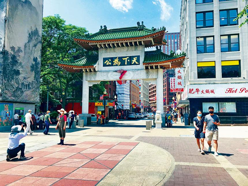 2021年6月19日正午時分,行人在炎熱的波士頓唐人街牌樓廣場上穿行。溫友平攝影