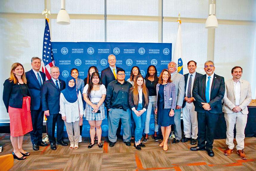 州長查理.貝克 (Charlie Baker) 和副州長卡林·波利托 (Karyn Polito) 會見了來自伍斯特(Worcester)几所公立高中的高中生。麻州州政府官網