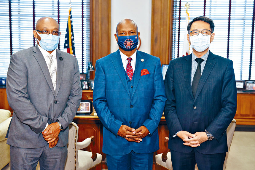 駐芝加哥台北經文處姜森處長(右)與伊州眾議會議長韋奇(中)合影。台北經文處提供