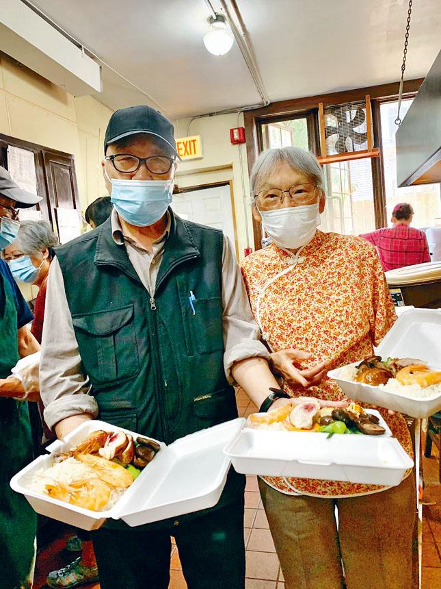 東南亞中心每天提供的營養午餐只收費一元一份盒飯,絕對是物廉價美、營養美味俱全。梁敏育攝